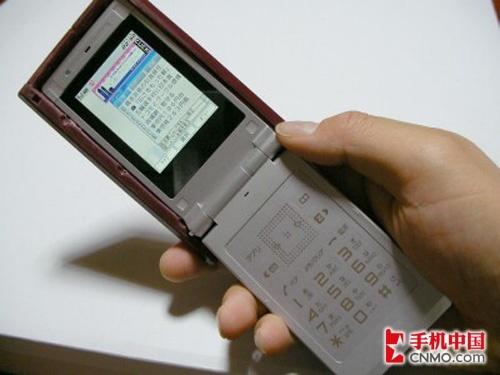 [新品]奇特造型 酷似红白机手柄的手机曝光